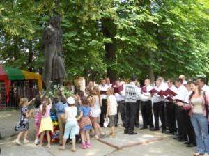 Copy of Corul Fiii Arboroasei +ƒi elevii de la Gimnaziul Nr.6 Cern-âu+úi la statuia lui Eminescu