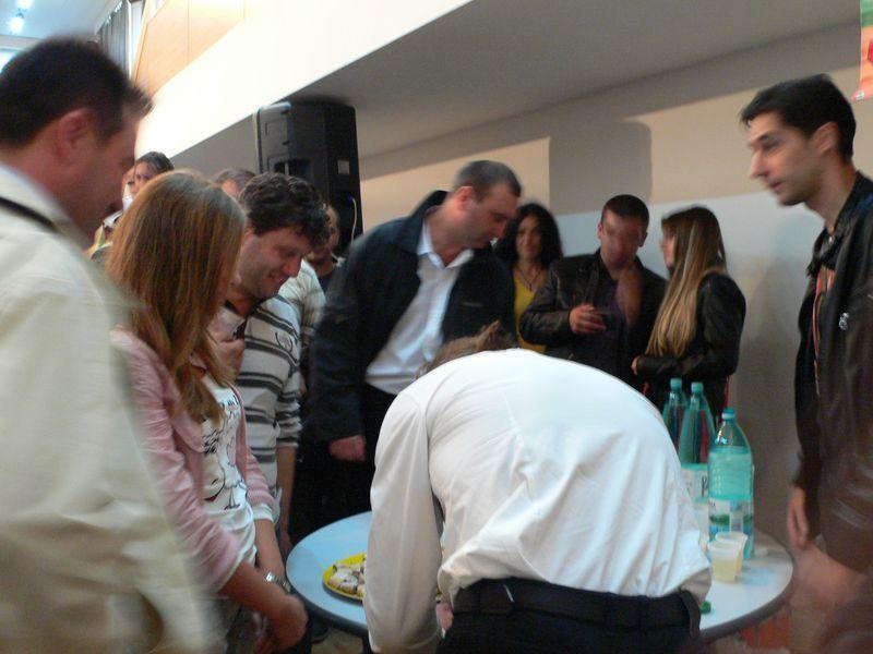 Doru Petrariu, dand autografe,2 [800x600]