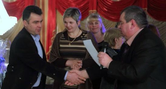 Vasile Bâcu, înmânându-mi Diploma de onoare, pentru contribuţia la dezvoltarea presei în Ţinutul Herţa
