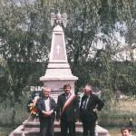 Album cultural-istoric botoşănean: Ionel Bejenaru la Cordareni (Monumentul eroilor), impreuna cu poetul Mihai Munteanu, 4 iunie 2006