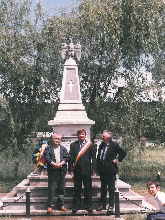 Ione Bejenaru la Cordareni (Monumentul eroilor), impreuna cu poetul Mihai Munteanu, 4 iunie 2006