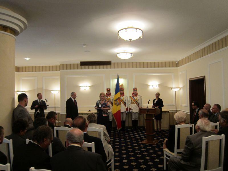 3. Lucia Olaru Nenati multumind pentru acordarea Medaliei M. Eminescu  [800x600]