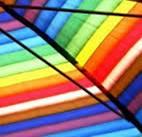 Sub umbrele colorate trec țiganii