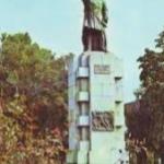 Lângă bronzul statuii lui Andrei Mureşanu, autorul imnului Naţional
